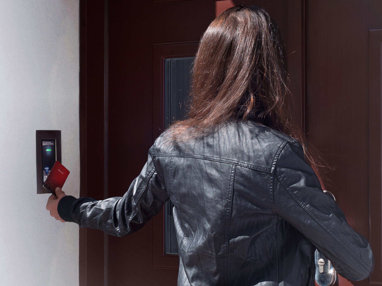 Otevírání dveří městskou NFC kartou