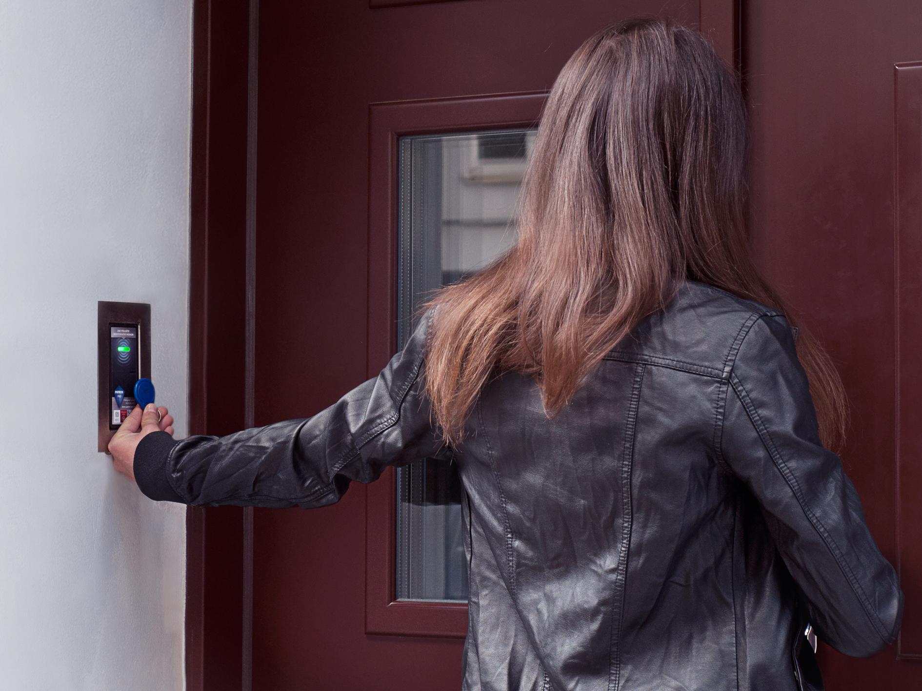 Otevírání dveří NFC čipem